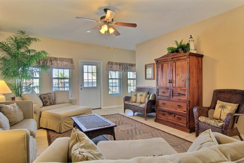 Her Happy Place, nice townhome with community pool - Image 1 - Port Aransas - rentals