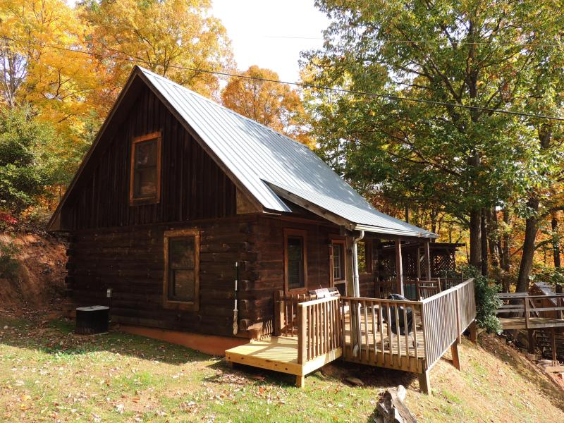 Abbott Cabin with covered porch. Swing and rockers to enjoy the view. - Spectacular Mountain Views - The Abbott Cabin - Bryson City - rentals