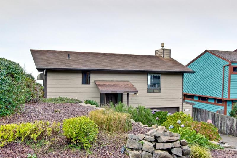 Oceanfront in Newport's Nye Beach w/ a trail to the beach! - Image 1 - Newport - rentals