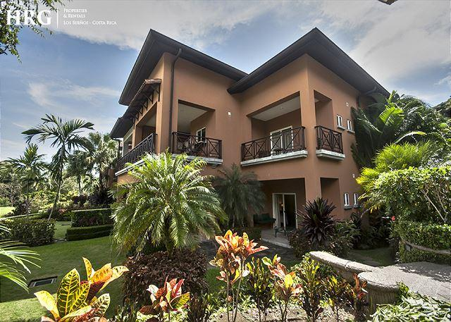 Overlooking the lush fairways of the La Iguana Golf Course and the rainforest-covered hillside, the exclusive community of the Veranda Residences offers this lovely three-bedroom condominium. - Family Friendly Luxury Condo Overlooking Golf Greens at Los Sueños! - Herradura - rentals