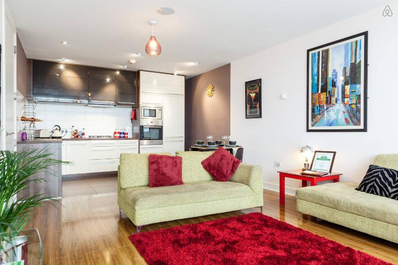 Living Room and modern sleek kitchen - Luxury 3 bed apartment in Titanic Quarter - Belfast - rentals