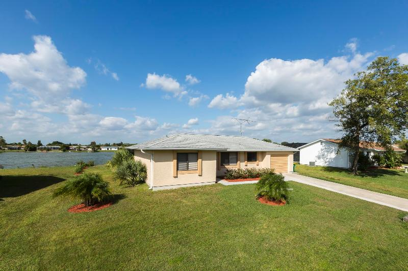 Lilsis by the Lake with 4 sleeps and heated pool - Image 1 - Port Charlotte - rentals