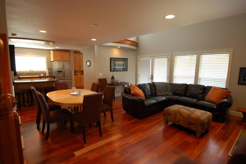 Livingroom with gas fireplace and television - Martin's House, beautiful 3 bedroom in Pine Beach - Rockaway Beach - rentals