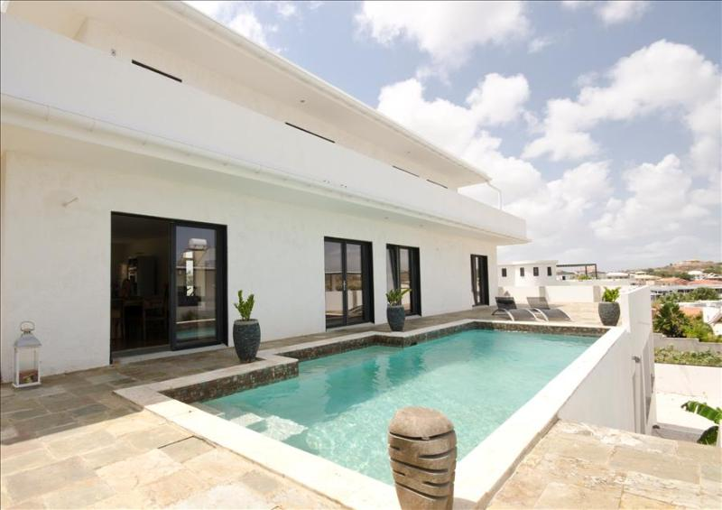 Affordable Luxury Villa with beautiful view of Spanish water - Image 1 - Willemstad - rentals