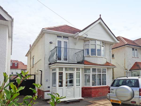 SEASCAPE, WiFi, patio doors to balcony, short walk to beach, off road parking, near Bournebouth, Ref 914858 - Image 1 - Wick - rentals