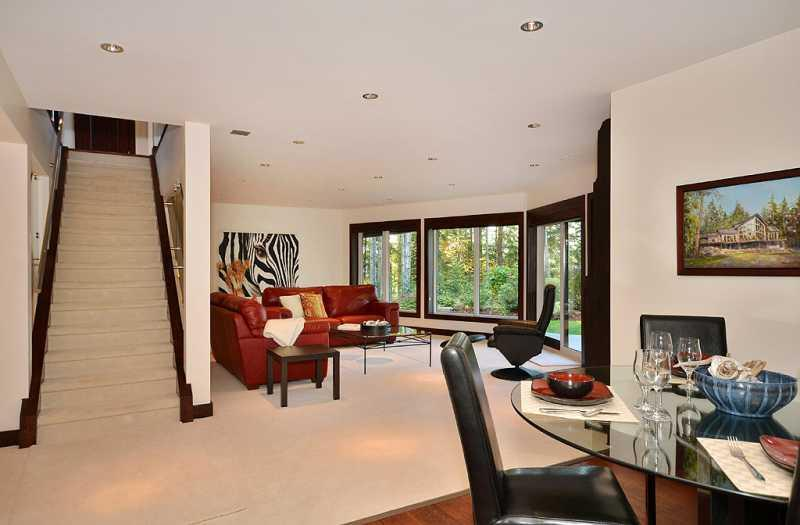 Living and Dining Room - Amazing 2 Bedroom Spacious Luxury Suite Close to Sidney - Sidney - rentals
