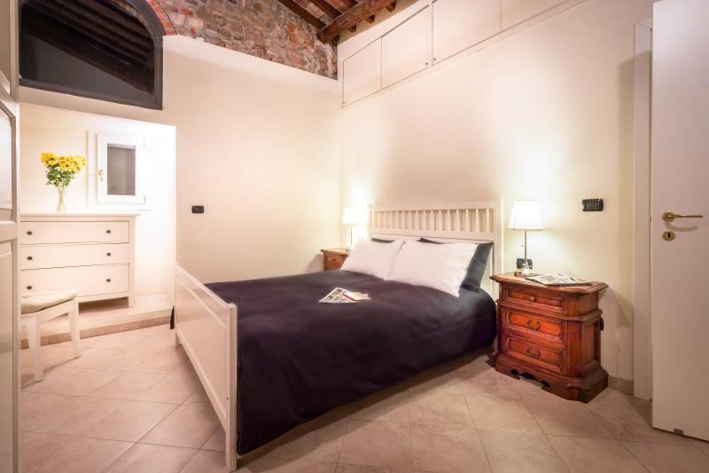 Spacious bedroom with high ceilings - Churchside Flat in Central Florence - Florence - rentals