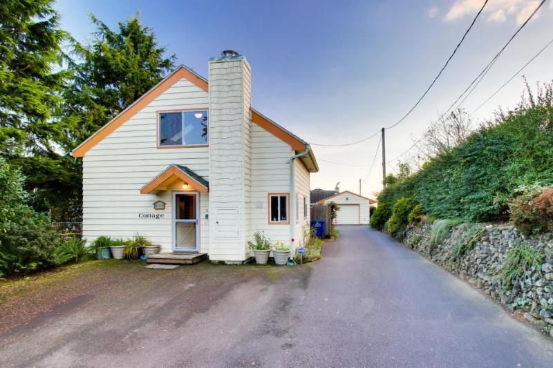 Colorful, eclectic home w/ a peek-a-boo view of Yaquina View - Image 1 - Newport - rentals