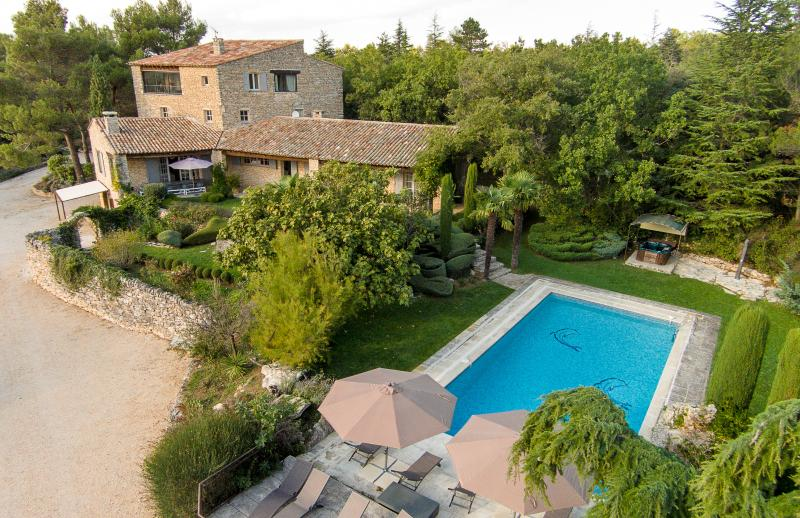 vue de la propriété intégrant la piscine - Provençal Mas 3ha 5* heated pool spa 8 suites cond - Bonnieux - rentals