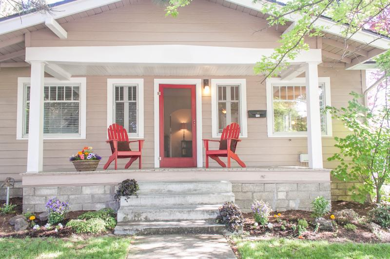 Historic Bernhard Justice Bungalow in the heart of Downtown Bend's Historic District - Bernhard Justice-HOT TUB-3 blks to dwntwn-4 bikes - Bend - rentals