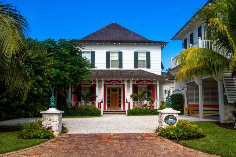 Stunning 6 bedrm home on canal w/ pool & golf cart - Image 1 - Nassau - rentals