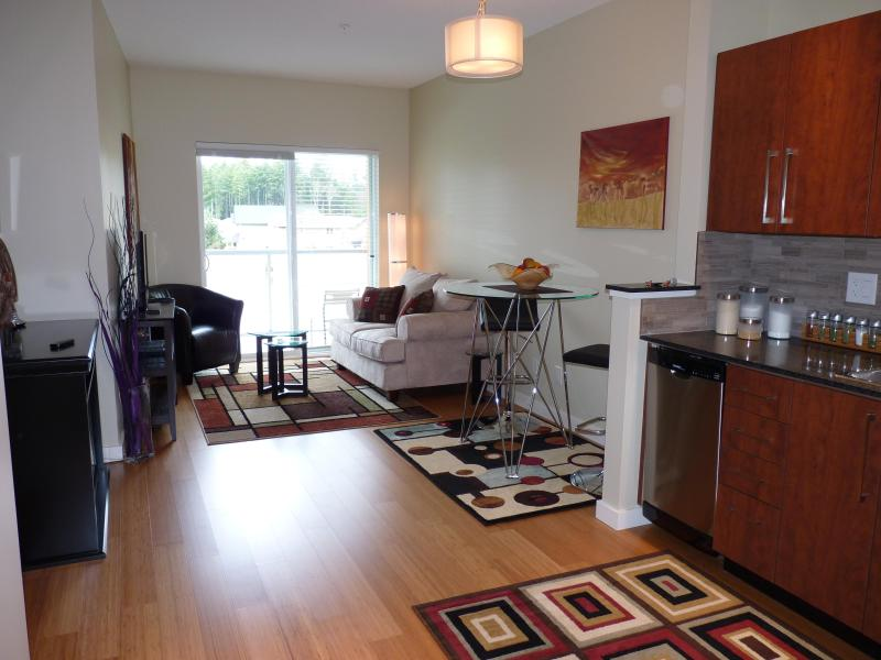 LIVING - Bright Condo Close to Beach, Golf and RRU - Victoria - rentals