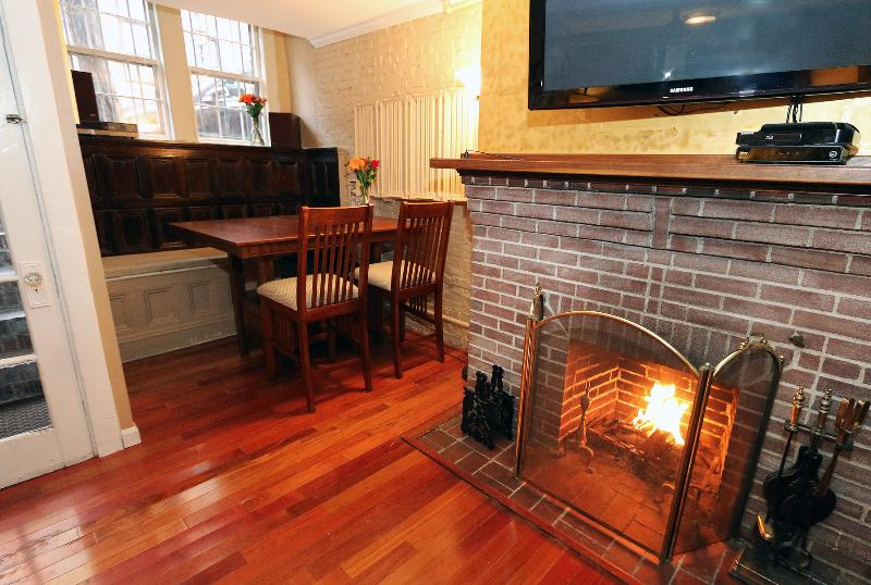 Living room with window alcove - Heart of Boston - Beacon Hill - Boston - rentals