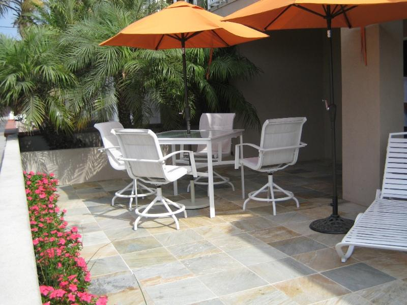 Large sunny patio! - Beach View 30 Seconds to Beach/Dining  Patio/Bikes/WiFi/Parking/Washer - Newport Beach - rentals