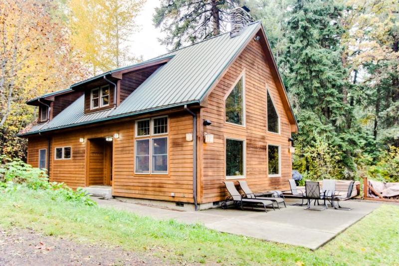 Amazing, serene dog-friendly river cabin on 1.3 acres! Includes private hot tub! - Image 1 - Parkdale - rentals