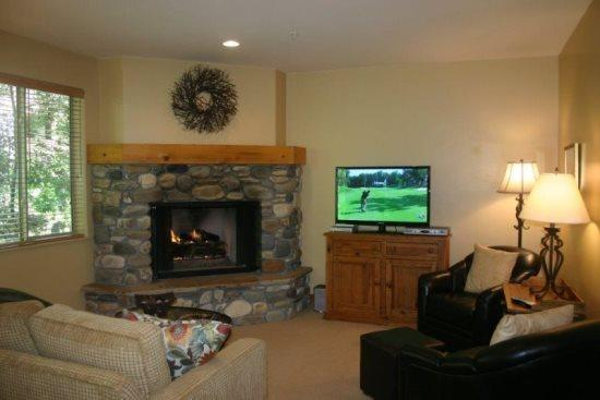 Enjoy the fire and your favorite shows on an HD/Plasma TV - Bridgepoint, Awesome Rates, Easy Access To Town - Sun Valley - rentals