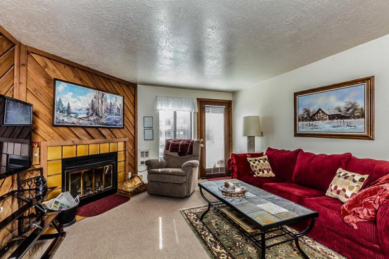 Ski all day and soak all evening in the shared hot tub & pool at this cozy condo - Image 1 - Brian Head - rentals