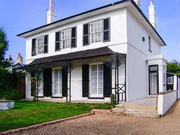 BURY VLLA, hot tub, WiFi, en-suites, grand Grade II listed cottage in Gosport, Ref. 916960 - Image 1 - Gosport - rentals