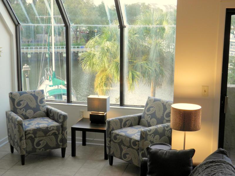 Sitting area overlooking harbor - Harbourside I, Shelter Cove marina, 1 BR waterview - Hilton Head - rentals