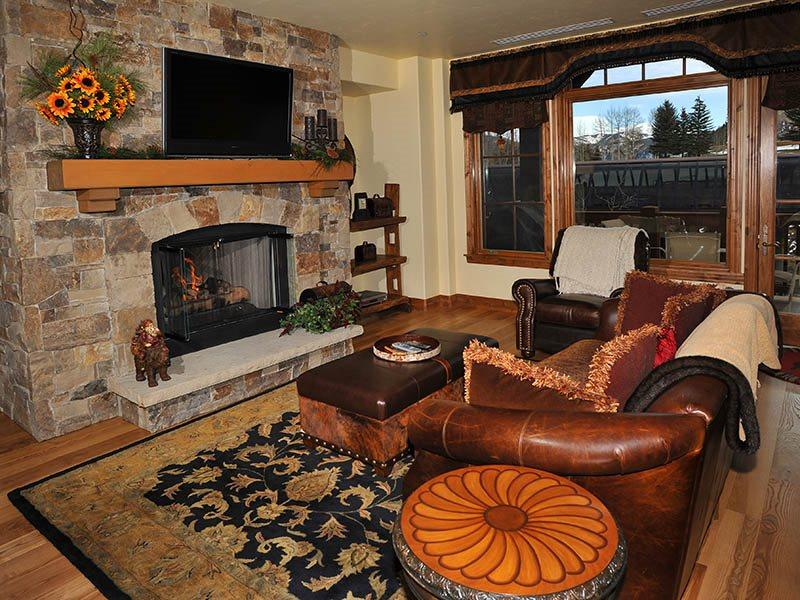 Have fun in this high-end ski-in/ski-out condo with fireplace, ski storage, outdoor pool and community hot tubs. - Image 1 - Vail - rentals