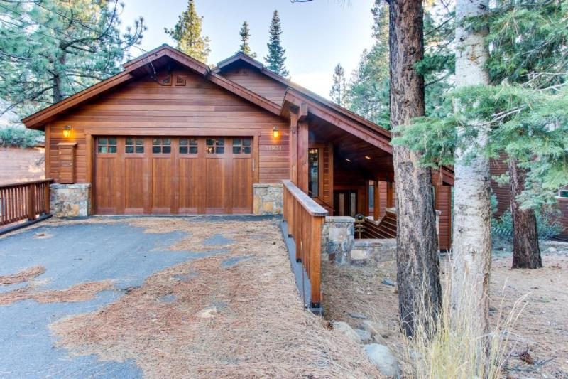 Large, dog-friendly cabin w/ shared hot tub and swimming pool - Image 1 - Truckee - rentals