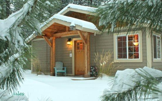Front porch - JEWEL OF THE FOREST - Sweet spot to kick back, free access to seasonal pool, tennis court & basketball court, borders National F - Sisters - rentals
