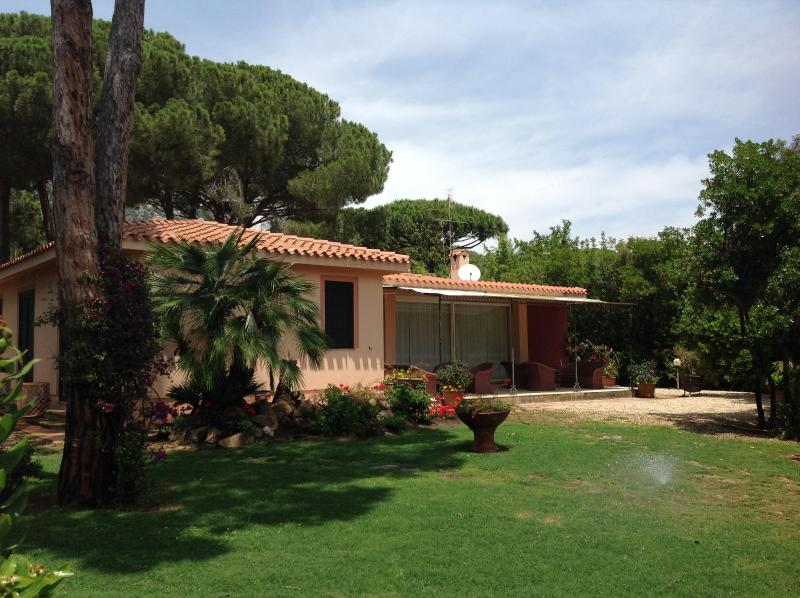Villa La Bouganvillea front view - Villa Bouganvillae, charming house by the beach - Pula - rentals