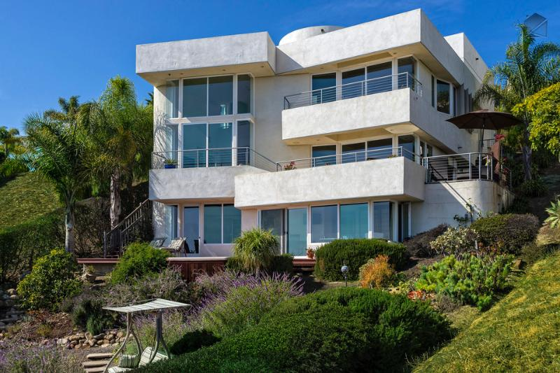 Art and architecture convene in this contemporary 3-bedroom, 3.5  bath, multi-level showstopper - An Ocean view from Every Room and the Private spa-30 Night Min. - Vista Del Oceano - Santa Barbara - rentals