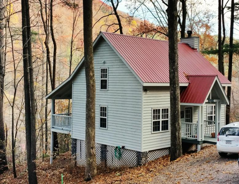 The Dogwood with a fresh coat of paint - North Georgia Mountain Cabin - Mountain Paradise - Blairsville - rentals