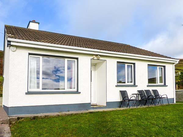 THE GLENS, pet-friendly, country holiday cottage, with a garden near Ballinskelligs, County Kerry, Ref 27234 - Image 1 - Portmagee - rentals
