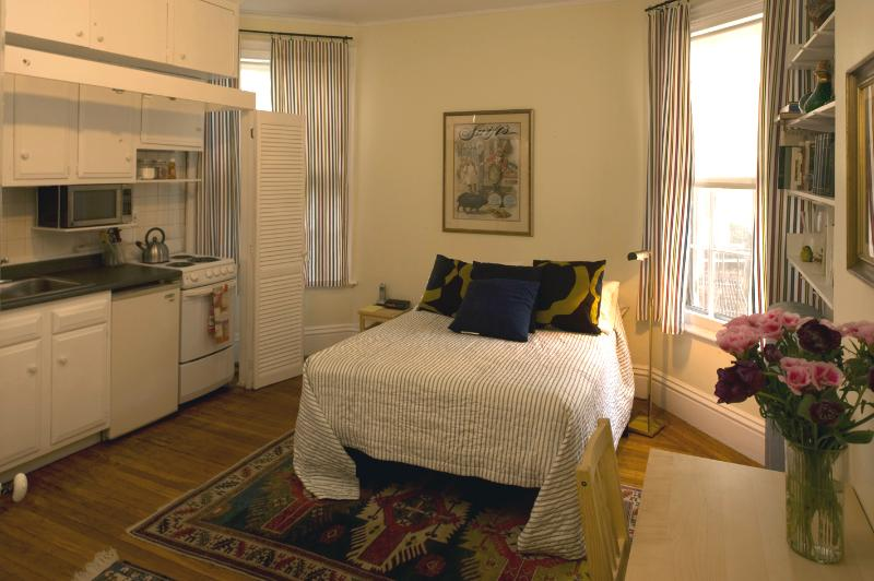 Bed and Kitchenette - The Beacon Hill Hideaway (M132-2) - Boston - rentals