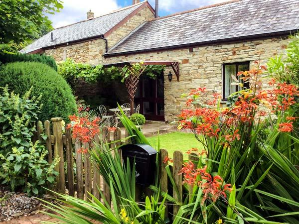 WAGTAIL COTTAGE, woodburner, WiFi, flexible sleeping, enclosed garden, near East Taphouse, Ref. 915191 - Image 1 - Two Waters Foot - rentals
