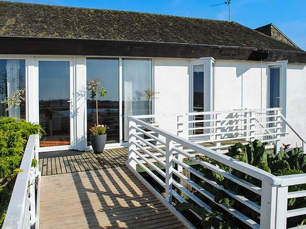 THE WEST WING AT BRYN OWAIN, all ground floor, wheelchair friendly, WiFi, lake views and lakeside access, near Rhosneigr, Ref 918878 - Image 1 - Rhosneigr - rentals