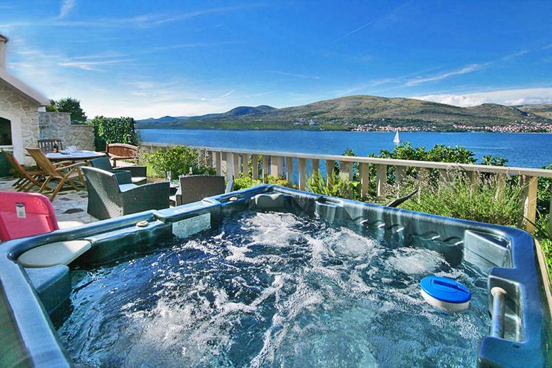 Villa****Two Luxury Apartments Wine Tavern Hot Tube Grill - Image 1 - Okrug Donji - rentals