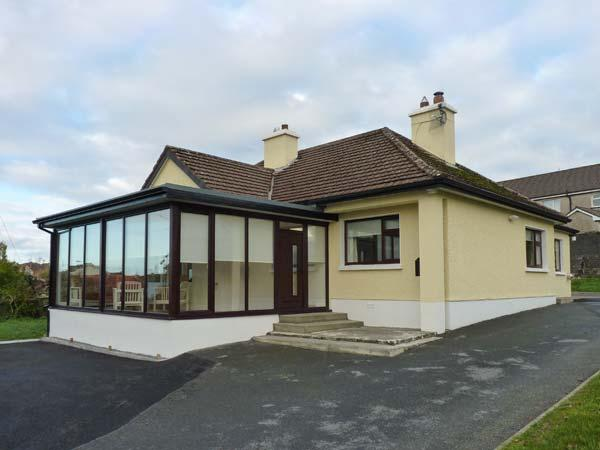 CLIFF LODGE, detached cottage, a 5 minute walk from town amenities, open fire, multi-fuel stove, en-suite facility, in Loughrea, Ref 916984 - Image 1 - Loughrea - rentals