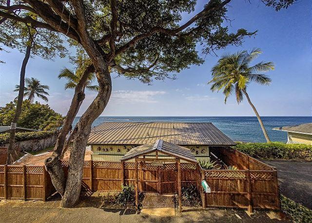 Oceanfront one bedroom Honeymoon Cottage, Breathtaking views - Image 1 - Kailua-Kona - rentals