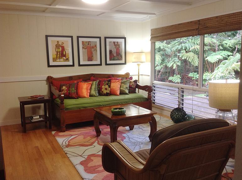 "living room and day bed - Hale KupuKupu, experience ""old Hawai'i"" - Volcano - rentals"