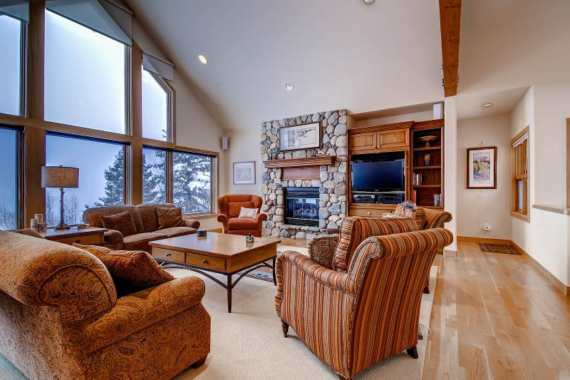 ASPEN VIEW: 3 Bed/3.5 Bath Executive Home, 2 Car Garage, W/D, King Beds, Private Hot Tub-Sleeps 7 - Image 1 - Silverthorne - rentals