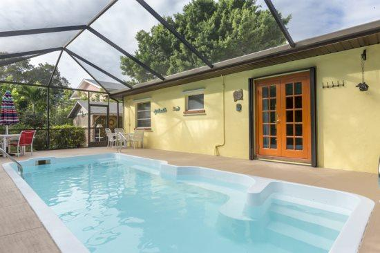 Isle del Sol pricate pool with screened in lanai  - Isle del Sol is a Spacious and Private Pool home just a short walk to the Pier and Beach. -  Isle del Sol - Fort Myers Beach - rentals