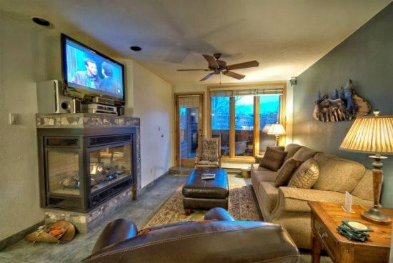 Cozy Living Room with Leather Couches, Deck Access Door, Gas Fireplace, Flat Screen TV - Trappeurs Lodge 1101 - Steamboat Springs - rentals