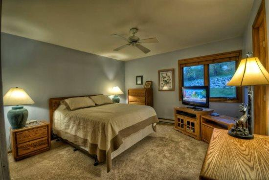 Very large Master Bedroom With TV, Queen Bed and In Suite Batrhoom - Pines E101 - Steamboat Springs - rentals