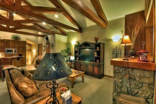Benderosa Chalet Upstairs Living Area, Dramatic Post And Beam Vaulted Ceilings, Gas Fireplace, Dining Area, Very Large Deck With Views - Eagles Overlook Chalet 1 - Steamboat Springs - rentals