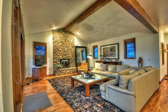 Amazing Main Living Area Dramatic Vaulted Ceilings, Flat Screen TV, Gas Fireplace, Huge Sectional Sofa, Deck Access - Onyx Chalet - Steamboat Springs - rentals