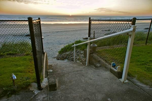 Beach access outside of Prawn Solo. - 'Prawn Solo' Great ground floor condo - Sleeps 2 - Lincoln City - rentals