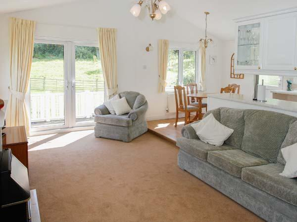 LITTLE NEST LODGE, detached lodge, good walking base, WiFi, decking with furniture, in Stiperstones Nature Reserve, Ref 917054 - Image 1 - Snailbeach - rentals
