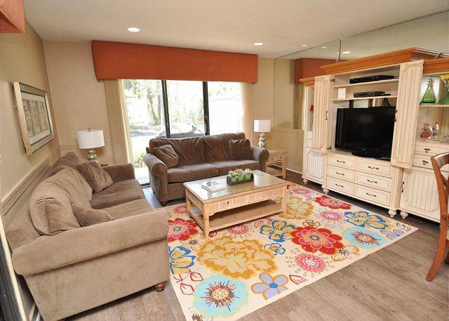 Living Area - 178 Greens- Pretty Golf Course Views and Quick Walk to Beach & Tennis - Hilton Head - rentals