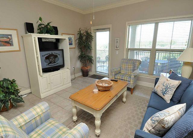 Living Area w/ Flat Panel TV - 404 North Shore Place-Bright and airy 4th Floor Villa-100 yards to the beach. - Hilton Head - rentals