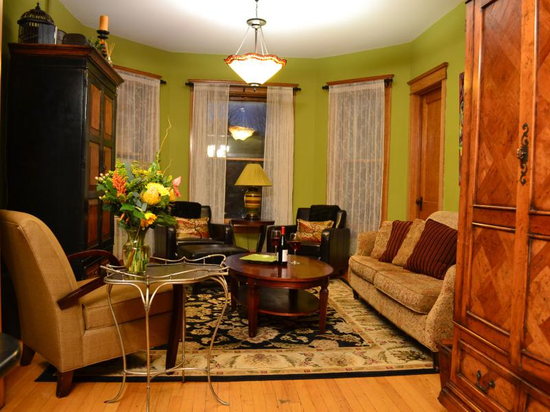 Living Room - Teri's Chicago Guest House * Shoreline Suite * HOT Winter Monthly Rates $99nt! - Chicago - rentals