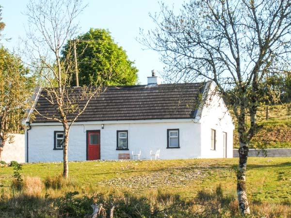 LOUGH ALLEN VIEW, single-storey detached cottage, woodburner, pet-friendly, comfortable accommodation, near Drumshanbo, Ref 912769 - Image 1 - County Leitrim - rentals