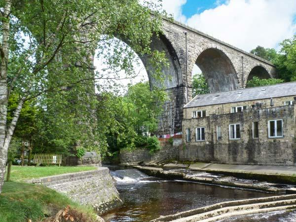 PARK VIEW MILL, mill conversion with two balconies overlooking river, en-suite facilities, WiFi, in Ingleton, Ref. 911704 - Image 1 - Ingleton - rentals